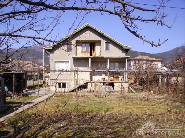 Casa a due piani ai piedi della montagna for Piani casa 5000 piedi quadrati